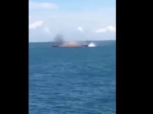 VIDEO - un ferry se retourne et sombre à Bali