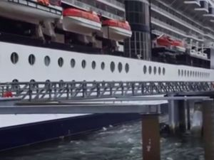 VIDEO - le paquebot Celebrity Infinity arrache une passerelle à l'accostage