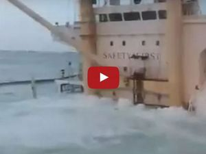 VIDEO - un cargo vraquier sombre au port, durant son chargement