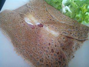 Galette de blé noir au bacon, chèvre &amp&#x3B; miel