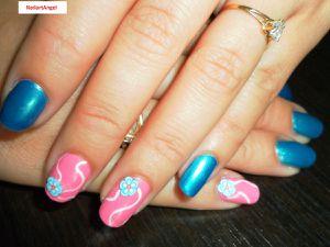 Nail art simple et joli &#x3B;-) avec des strass en forme de fleurs.