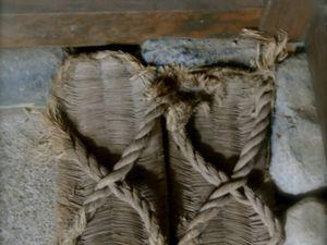 """1 : Tongues """"guéta"""" très intéressantes, faites d'un morceau de demi-bambou sur lequel ont été fixées les sangles ! 2 : Chaussures traditionnelles d'antan ZOOLI toutes tressées de paille !"""