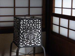 Détails - Dans la culture japonaise, on est très très sensible aux saisons. Aussi, ceux qui suivent les traditions auront toujours dans leur maison un ou plusieurs bouquets de fleurs fraîches