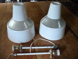2 DISPONIBLES. 80€ pièce / 150€ la paire. Lampes de la marque HOLOPHANE.