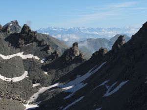 Du refuge Alpetto au refuge Bagnour par le Passo Calata 2940m avec la face sud du Viso. C'est le règne du minéral et le refuge des fées.
