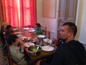 Repas du midi : au menu salade verte de tomate, œuf et olives, gratin de pâtes, fruit et œufs.