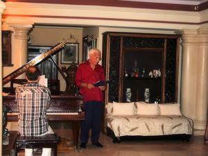 Avec la complicité de son ami pianiste Bernard VADON reçoit dans son appartement quelques amis pour partager avec eux un moment musical ...