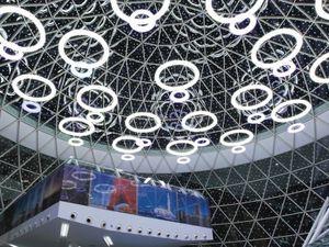 """Le salon VIP """" Oasis"""" de la Royal Air Maroc : un lieu intelligemment conçu et dans la note architecturale générale de la structure et qui ne déroge pas, au plan de l'accueil et de la qualité, à la réputation de la compagnie aérienne nationale"""