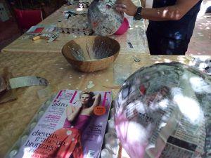 """Mme Zoubida Ammal El Boustani en compagnie d'une partie de ses collaborateurs&#x3B; Hanane Oubidar en plein """"coaching""""&#x3B; les enfants invités à découvrir les merveilles de la couleur et des formes&#x3B; Zoubida El Boustani tout sourire&#x3B; un décor paisible et le résultat d'une journée de compilation extra professionnelle que beaucoup de peintres ne renieraient pas !"""