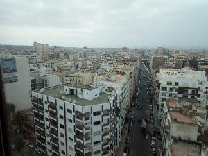 Layla B. Chaouni dans son bureau dominant Casablanca et quelques-unes de ses 450 publications : c'est là qu'est sa patrie !