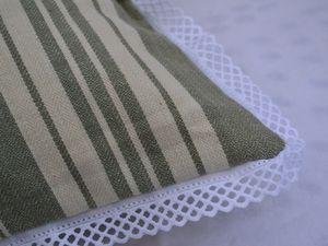 Coupon en lin Dentelles Oxydées, draps blanc et toile à matelas chiné, boutons rcouvert de tissus blanc de récupération et bordure blanche chiné.