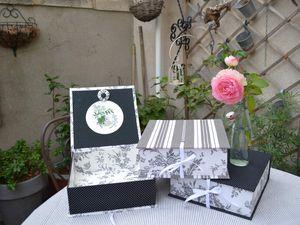 Boites réalisées dans différents tissu qui vont du blanc au noir en passant par le gris, du fleuris, des pois ou des rayures...