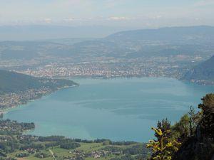 la Croix de la montagne d'Entrevernes, le lac d'Annecy et la montagne des Boeufs