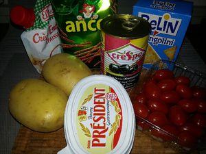1 - Réunir ingrédients et ustensiles. Faire cuire les pommes de terre suivant leur grosseur pour qu'elles soient cuites sans se défaire. Les évider délicatement. Ecraser dans un saladier la chair des pommes de terre pour en faire une purée, ajouter le beurre et la crème fraîche, saler, poivrer. Bien écraser jusqu'à obtenir une préparation bien lisse.