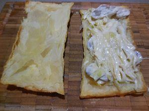3 -Pendant la cuisson de vos rectangles de pâte feuilletée, préparer vos poireaux. Retirer la première feuille des blancs de poireaux, couper les en tronçons de 7 à 8 cm de long et les émincer en fine julienne. Dans une poêle anti-adhésive, faire fondre le beurre, ajouter la julienne de poireaux jusqu'à ce qu'ils soient tendres et translucides. Ajouter les champignons, mélanger, et verser la crème fleurette. Assaisonner de sel et poivre et réserver au chaud. Cette préparation servira à fourrer vos rectangles de pâte lors de la dernière étage de montage des feuilletés.
