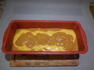 3 - Prendre de préférence un moule à cake en silicone (sinon ne pas oublier de beurrer votre moule), et verser en alternant la préparation à la pralinoise, et celle à la framboise en 4 couches successives. Mettre au four th 6 pendant 1 h.