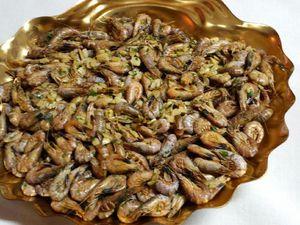 Peler une tête d'ail, dégermer et découper les gousses en petits morceaux. Les faire revenir 5mn dans une poêle avec de l'huile d'olive, Rajouter 1 kg de crevettes grises bien remuer, verser 5 cl environ de cognac et faire flamber.