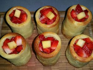 3 - Commencer par une couche de préparation à la pralinoise dans le fond du moelleux. Recouvrir de dés de kaki, puis à nouveau de pralinoise, et terminer par les dés de fraise, surmontés pour le visuel d'un dé de kaki et d'une feuille de menthe fraîche.