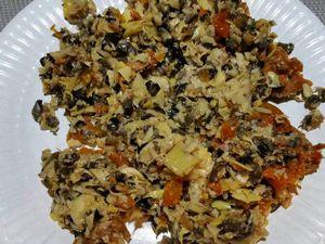 2 - Mettre dans un mixeur : 5 à 6 morceaux de tomates séchées, la même proportion d'artichauts, le tout bien égoutté et débarrassé du surplus d'huile avec du papier absorbant, et une dizaine d'olives noires. Mixer moyennement. Faire griller à sec dans un poêle une poignée de pignons de pin.