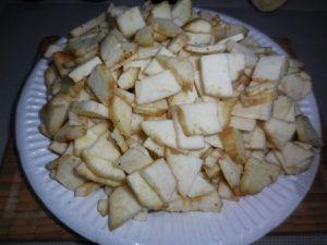 2 - Peler les échalotes et l'ail, dégermer et émincer finement. Laver, couper et épépiner les tomates pour les détailler en petits dés. Mettre le sachet de riz à cuire dans une casserole d'eau bouillante. Nettoyer les champignons et les couper en petits morceaux, faire de même avec les chairs des aubergines.