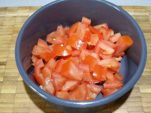 1 - Préchauffer votre four th 6. Faire cuire les oeufs de caille dans une casserole d'eau bouillante. Peler l'avocat, le découper en petits dés, les arroser avec un trait de jus de citron afin qu'ils ne noircissent pas, saler et ajouter une pincée de piment de Cayenne. Couper les tomates en 2 les épépiner et les détailler également en petits dés. Découper en rondelles fines une dizaine d'olives noires dénoyautées.