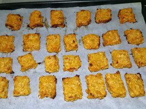 3 - Prendre un moule carré (de 24 cm) recouvert d'une feuille de papier sulfurisé. Y verser votre préparation, la répartir sur la surface du moule et bien égaliser, puis enfourner pour 20 mn environ (th 5). Sortir du four et découper en carrés de 4 à 5 cm de côtés. Puis remettre au four sur une nouvelle feuille de papier sulfurisé pendant 8 à 10 mn environ. en surveillant la cuisson. Laisser refroidir avant la dégustation.