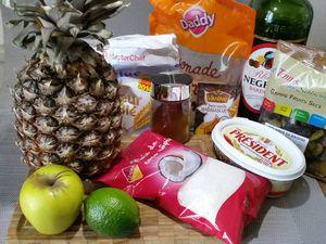1 - Mettre le mélange de raisins secs à macérer dans le rhum ambré. Peler l'ananas et le découper en tranches en ôtant la partie centrale puis en petits cubes. Faire de même avec la pomme pour obtenir des petits dés.