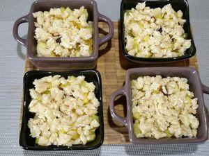 5 - Répartir le crumble sur les fruits et ajouter le zeste du citron vert râpé. Enfourner pour laisser cuire th 6/7 (200°) pour 25 mn environ jusqu'à ce que le crumble soit bien doré.