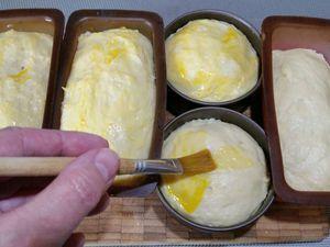 3 - Faire préchauffer votre four th 6 (180°). Laisser lever à nouveau pendant 30 mn. Badigeonner les brioches avec l'oeuf, parsemer de grains de sucre doré et mettre au four th 6 pour 20 à 30 mn en surveillant la cuisson.