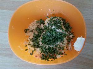 2 - Préparer le beurre de noisette-échalote-herbes en incorporant au beurre ramolli successivement :  l'échalote écrasée au presse-ail, 2 à 3 cuil. à café de jus de cuisson filtré, 2 à 3 cuil. à café de poudre de noisette, de la ciboulette et du persil ciselés, du sel et du poivre. Bien mélanger et intégrer le tout au beurre.