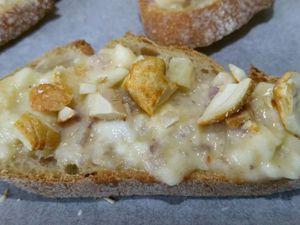 3 - Sur une plaque allant au four et recouverte de papier sulfurisé, disposer les toasts de pain et pain de mie sur lesquels vous aurez tartiné la préparation. Terminer en parsemant de noix de cajou concassées. Enfourner (th 6) pour faire dorer pendant 7 à 8 mn