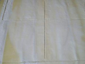 1 - Eplucher les asperges si elles sont fraîches, les plonger dans un grand volume d'eau salée portée à ébullition et faire cuire à  frémissement 5 minutes si fraîches, 8 mn si elles sont surgelées. Egoutter  délicatement et réserver. Préchauffer le four th 6 (180°). Dérouler la pâte et y découper 4 carrés. Evider 2 carrés en laissant un bord d'environ 2 cm. Le centre formera le chapeau, Dorer toutes les parties de pâte au jaune d'oeuf dilué dans un peu d'eau. Diposer sur une plaque allant au four et recouverte de papier sulfurisé d'abord vos carrés, et placer par dessus les 2 carrés évidés. Ils doivent parfaitement se superposer, placer à côté les 2 chapeaux. Piquer les fonds à la fourchette et enfourner pour environ 10 à 15 mn th 6 (180°) en surveillant.