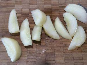 2 - Eplucher la mandarine, et peler à vif les quartiers. Laver, sécher et équeuter les fraises. Peler le brugnon blanc et le découper en quartiers.
