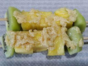 2 - Mettre votre four à préchauffer th 6 (180°). Piquer les morceaux d'ananas et de kiwis sur de longues brochettes en bois. Râper le citron vert bio en zestes. Déposer 2 brochettes sur du papier sulfurisé et les tartiner assez généreusement de beurre de Rhum. Saupoudrer de zestes de citron vert. Rabattre la feuille de papier sulfurisé sur les brochettes et la fermer pour former les papillotes en repliant et agrafant le centre et les bords. Procéder de la même façon pour obtenir 4 papillotes contenant 2 brochettes chacune. Mettre au four pour 15 mn th 6 (180°).