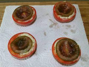 2 - Préparer vos coques de tomates sur le plan de travail. Verser de la mozzarella fondue dans le fond des coques des tomates les plus grandes. Imbriquer dessus les coques de tomates d'un diamètre plus petit et appuyer délicatement. Retirer éventuellement le trop plein de mozzarella fondue qui déborderait. Remplir ensuite l'intérieur des coques des petites tomates évidées de la purée d'avocat. Terminer en insérant dans cette purée une demie tomate cerise, placer vos tomates-mozzarella ainsi constituées au frais, au moment de servir les disposer sur une assiette ou un plateau en les décorant d'une feuille de basilic, et saupoudrer d'un peu de basilic haché et de piment doux.