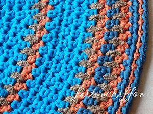 Tapis crocheté en trapilhos bleus, orange, marron
