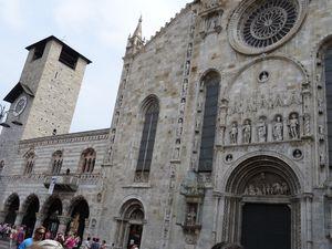 Le groupe 1 est toujours attentif aux explications.  L'église de St Felice et la cathédrale de Come