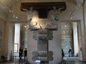 Colonnes couronnées de bustes de taureaux