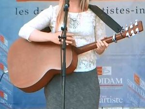 Il y a ceux qui jouent de la guitare sommaire et celle qui joue de la guitare sans cordes.