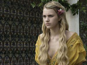 Myrcella Baratheon, la soeur de Joffrey et Tommen Baratheon Lannister ! La jeune princesse semble avoir trouvé un prétendant !