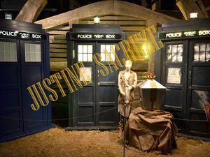 """""""Quand on pose le Tardis, ça fait pas un bruit pareil, ou alors, tu oublies de desserrer les freins."""" """"Ouais, peut-être, mais j'aime bien ce bruit, c'est un beau bruit..."""" (discussion entre River Song et le Doctor, saison 5 épisode 4)."""