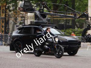 Tom Cruise protège ses yeux avant d'engager une course poursuite effrénée escorté par le véhicule caméra ! Photos réalisées par Orely Liard, un grand merci !