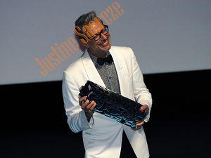 Avis à la C.I.A, la N.S.A, le F.B.I, qui pourra décoder le message sculpté sur cette récompense remis à Jeff Goldblum ?