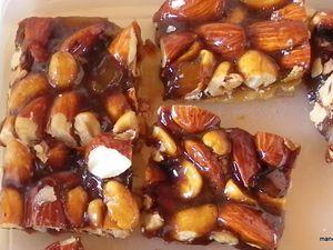 pour la préparation, 80gr de cacahuètes, 100gr d'amandes, 30gr de gingembre confit, 1 c à s de grand marnier, 80gr de sucre roux, faire un sirop avec le sucre sans ajout d'eau, une fois coloré, sortir du feu, ajouter tous les ingrédients, mélanger, étaler, et couper avant que ça durcissent. j'ai fait une épaisseur de 1 à 2 cm, et de petite portion,c'est plus facile à manger. travailler vite, parce que ça durcit rapidement, tout préparer avant de commencer, pour étaler mettre une feuille de papier sulfurisé dessus étaler avecun rouleau.