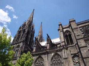 La visite de Clermont-Ferrand m'a déçue : à part la cathédrale qui est à voir ... c'est vraiment moche ...