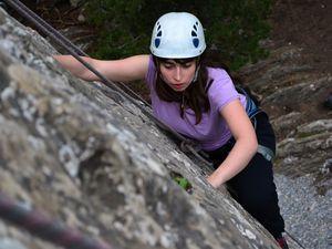 Minaine fait une pause à mi-chemin, tandis que Mathilde arrive au sommet.