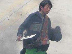 """Emutes du Tibet :  LHASSA 2008 : """"Photo distribuée par l'ambassade de Chine aux médias. La photo montre un homme identifié par la suite par des internautes comme un policier. Il tient un sabre et il est vêtu avec des habits le faisant passer pour un tibétain. La 3ème photo est celle qui a été ensuite distribuée par l'ambassade . La photo a été retouchée : l'homme a disparu."""