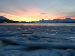 2001: Dieses nette Fischerdörfchen mit 5 festen Einwohnern ist Nyksund. Die Bevölkerung ist um 25% explodiert, als Ines auch noch nachwanderte.  Blick auf Nyksund (die paar Häuschen links) von dem nahegelegenen Berg Nyken.