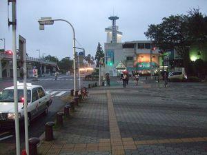Voilà tout ce que nous auront vu du port de Nagoya... Oui, c'est juste la sortie du métro, où nous avons vite fait demi-tour. Et ensuite, un aperçu de l'intérieur de la rame au départ de la station, qui est un terminus. Par conséquent, on peut voir le métro dans toute sa longueur. Passionnant, n'est-ce pas ?