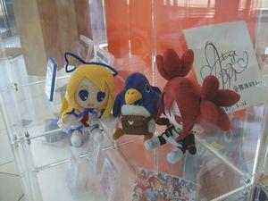 Un prinny à l'accueil, des figurine et peluches de deux personnages principaux de la série... Disgaea est vraiment mis à l'honneur, même si pourtant ils ont aussi pas mal d'autres jeux (exemple : la figurine au fond de la troisième photo).